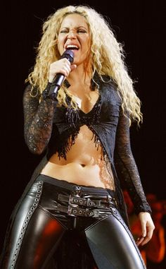 Pin for Later: Shakira's Bauchmuskeln können sich immer noch sehen lassen 2003