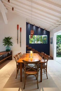 """A iluminação é um item de enorme importância na decoração da casa. É ela que, além de ser essencial para a funcionalidade, exalta o """"clima"""" que vc imaginou, chamando atenção para os pontos fortes, transformando um detalhe em ponto focal do ambiente e  """"escondendo"""" os pontos fracos."""