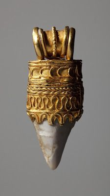 Amulet with a shark's tooth, Etruscan, century BC (Thorvaldsens Museum) Inventory number Roman Jewelry, Old Jewelry, Tribal Jewelry, Jewelry Art, Antique Jewelry, Vintage Jewelry, Antique Rings, Collier Antique, Jewelry Tumblr