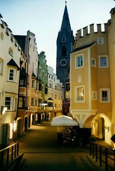 Wonderful Bolzano - Bolzano (en alemán: Bozen, en ladino: Bulsan o Balsan) es una ciudad italiana y la capital de la Provincia autónoma de Bolzano (en alemán: Autonome Provinz Bozen - Südtirol). http://www.travelandtransitions.com/european-travel/