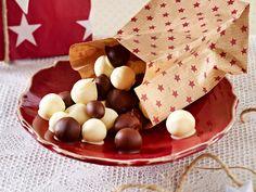 Über Geschenke aus der Küche freut sich jeder! Wir empfehlen als Präsent himmlische Pralinen, knuspriges Granola, Backmischungen im Glas und vieles mehr.