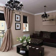 salon avec murs taupes canap taupe rideaux longs taupes mur beige peinture - Salon Mur Marron