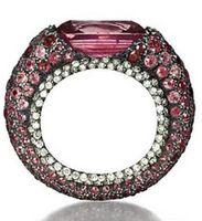 Anel com safira rosa central e pavê de safiras e diamantes, em platina e prata.