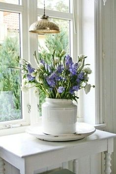 When I have fresh flowers at home, I can't keep my eyes off them.