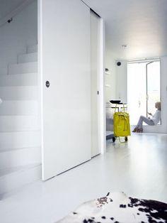 Ruimtebesparende oplossing Diy Interior, Interior Decorating, Interior Design, Sliding Wall, Sliding Doors, Open Trap, Porte Design, Stairs In Living Room, Happy New Home