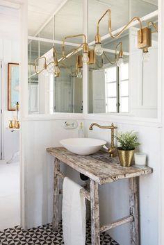 Una casa al mare in stile coastal. Bad Inspiration, Bathroom Inspiration, Bathroom Interior, Interior Design Living Room, Design Interior, Interior Decorating, Lavabo Vintage, Bad Styling, Bathroom Styling