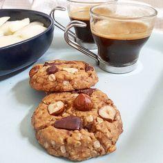 Recette de cookies végans au beurre de cacahuètes, moelleux à cœur, et croquant autour, parsemés de pépites de chocolat et de noisettes !