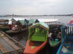 Botes de transporte fluvial en el  rio Nanay, cerca a la confluencia  con el gran rio Amazonas, zona de Bellavista, Iquitos, Loreto, PERU.