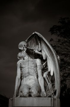 Kiss Of Death This astonishing sculpture forms part of Barcelona's Poblenou Cemetery. The Kiss of Death (El Petó de la Mort in Catalan and El beso de la muerte in Spanish) dates back to A winged skeleton bestows a kiss on the forehead of a man Death Art, Kiss Of Death, Angel Of Death, The Death, Cemetery Statues, Cemetery Art, Cemetery Angels, Art Mort, Renaissance Kunst