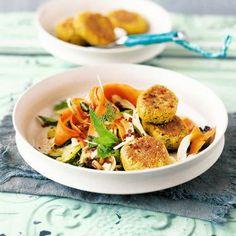 Falafel mit Möhren-Fenchel-Salat Rezept | Wer orientalisches Essen mag, wird unseren sommerlichen Salat lieben. Süße Sultaninen, Fenchel und Minze werden süß mariniert und mit Kichererbsenküchlein serviert.