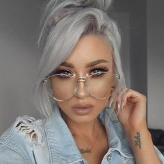 The make-up so prrettty tha glasses so clas and nice with hair color and the look is very cool 🔥 Transparent Sunglasses, Clear Sunglasses, Sunglasses Women, Retro Sunglasses, Sunglasses Accessories, Huda Beauty, Beauty Makeup, Hair Makeup, Pelo Multicolor