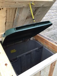 Wilt u uw afval containers netjes opbergen? Dat kan met een container ombouw van sloop-/pallethout. Deze ombouw is gemaakt van sloop-/pallethout. via de deuren kunt u de containers er eenvoudig in …