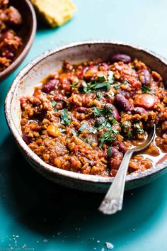 Instant Pot Meatless Easy Vegan Chili Recipe - You will NEVER believe that this is a vegetarian chili recipe! It's a healthy, gluten free weeknight meal that is ready in only 30 minutes! Even meat-eaters are going to LOVE this recipe! Healthy Meals For Two, Healthy Crockpot Recipes, Chili Recipes, Healthy Choices, Vegan Recipes Videos, Vegan Recipes Easy, Vegetarian Recipes, Easy Vegan Chili, Vegetarian Chili