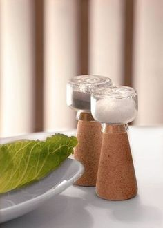 Côté repas, ensemble sel et poivre Par, design Nendo. Ces trois prototypes font partie de la collection Materia, série expérimentale réalisée à la demande de la firme Amorim.