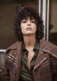 Una chica de barrio: Cecilia Gómez © Rubén Vega Modern Hairstyles, Hairstyles With Bangs, Italian Hair, Curly Pixie Cuts, Curly Hair Styles, Natural Hair Styles, Curls Rock, Dark Curly Hair, Short Curls