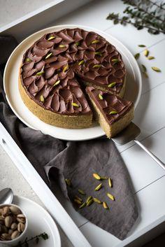 Ce gâteau pistache chocolat, je l'ai (presque) mangé à moi toute seule. Si si, je vous assure c'est possible. Donnez-moi de la pistache et du chocolat, comptez jusqu'à troiset hoptout a disparu ! Ces deux-là sont à mon sens une association parfaite. Un peu comme la noix de coco et le chocolat – d'ailleurs je serais incapable de les départager tant j'adore ces saveurs… Pour en revenir au gâteau, il me restait en stock un petit bocal de pâte de pistache, il fallait donc que je l'utilise… Et…