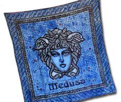 Maľovaná mytologická hodvábna šatka BLUE MEDUSA, ktorej motívom je mytologická bytosť Medúza. Táto tajomná hodvábna šatka v sebe skrýva tajomnú energiu. Medúza bola obluda s kovovými krídlami, s jedovatými hadmi namiesto vlasov a pri pohľade na ňu každý skamenel.