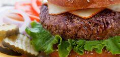 Door de combinatie van melk en wit brood krijg je een sappige hamburger. En met de rest van de ingrediënten is ie nog lekker ook.
