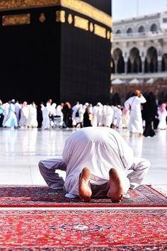 """""""No words can describe the feeling while you're in front of the House of Allah. Muslim Images, Muslim Pictures, Islamic Images, Islamic Pictures, Islamic Art, Islamic Quotes, Islamic Prayer, Masjid Haram, Mecca Masjid"""