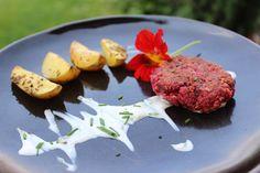 Gemüsesteak aus roten Rüben, Schafskäse und Haferflocken Steaks, Meat, Food, Rolled Oats, Gluten Free Recipes, Food Food, Beef Steaks, Essen, Meals