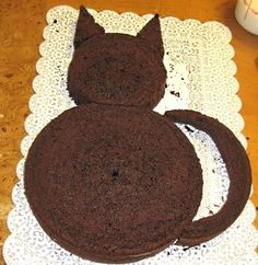 2 round cakes --cut around one to make the tail, ears, and head. 2 round cakes –cut around one to make the tail, ears, and head. The other one makes the body. Cat Themed Parties, Birthday Party Themes, Cat Birthday Cakes, Kid Parties, Birthday Ideas, Easy Kids Birthday Cakes, Birthday Puns, Halloween Birthday Cakes, Baby Birthday