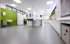 Não somos pisos vinílicos, somos pisos de borracha. Os pisos Nora são 100% de borracha, baseados em qualidade e sustentabilidade com mais de 300 variações de cores e design, totalmente ergonômico, certificação LEED, resistente a manchas, ao grande tráfego comercial e voltado para diversas aplicações. Instalação do piso de borracha noraplan signa no he King's School em Sydney.