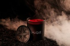 Le Volcan, the new scented candle by LALIQUE, combines bitter orange with the explosiveness of cinnamon, which is complemented by the earthiness of brown sugar.