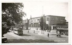 Stationsplein met het toen nieuwe stationsgebouw, want in december 1938 brandde het oude Centraal Station van Utrecht grotendeels af. Het op de kaart getoonde gebouw van Sybold van Ravesteyn, met zijn kenmerkende gebogen lijnen, is in de jaren '70 jammerlijk gesloopt. Verder onder meer te zien: de sigarenzaak van Van Zanten en een tram met reclameopschrift 'Kookt electrisch!'.