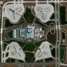 Civilização em perspectiva: O mundo visto de cima,Orlando International Airport, Florida, USA. Image Courtesy of Daily Overview. © Satellite images 2016, DigitalGlobe, Inc