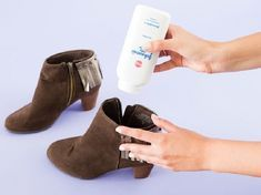 We know baby powder is good for babies, but did you know you can use it for a ton of beauty tips too? Here are 10 baby powder t. Squeaky Shoes, Smelly Shoes, Your Shoes, New Shoes, Baby Powder Uses, Comfortable High Heels, Inside Shoes, White Shoes, Suede Shoes