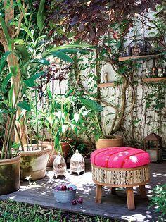 Jardines pequeños pero con encanto: recorremos el del jardinero Federico Rocha. Aquí, rincón con aires asiáticos sobre deck de madera con banquito y estantes de estatuillas.