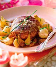Magret de pato con salsa de frutas secas y cebollitas francesas confitadas #recipes #cuisine Kiss The Cook, French Food, Your Recipe, Poultry, Potato Salad, Favorite Recipes, Nutrition, Meals, Dishes