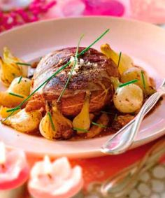 Magret de pato con salsa de frutas secas y cebollitas francesas confitadas #recipes #cuisine