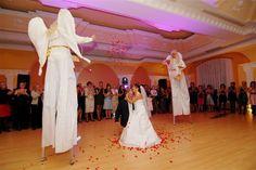 Ślubowisko.pl - Anioły na szczudłach na wesele - mogą sypać cukierkami lub puszczać bańki mydlane, a także pozować do zdjęć i częstować gości cukierkami
