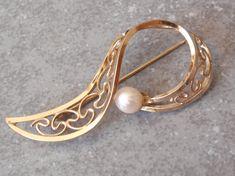 Gold Filled Brooch 12K Pearl Winard Paisley Swirl Open Vintage V0586 by cutterstone on Etsy #pearlbrooch #goldfilled #Winard12K #paisley #swirl #ribbon #vintage #openwork