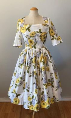 Vintage Yellow Roses Dress Xxs Xs by Horrockses Fit and Flare 1960s Dresses, Modest Dresses, Vintage Dresses, Vintage Outfits, Vintage Fashion, Look Vintage, Vintage Yellow, African Fashion Dresses, Fashion Outfits