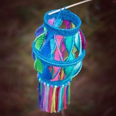 Gratis haakpatroon - maak een leuke lampion voor Sint Maarten Cute Crochet, Crochet For Kids, Beautiful Crochet, Crochet Baby, Crochet Decoration, Crochet Home Decor, Crochet Diagram, Crochet Patterns, Crochet Lampshade