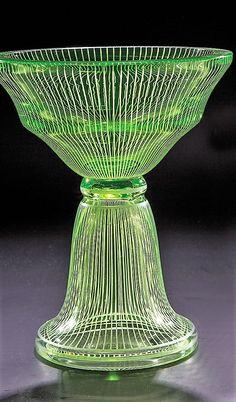 Josef Hoffmann (Entwurf, zugeschr.), Wiener Werkstätte, um 1920 . Uranglas-Pokal Dickwandiges Uranglas. Umlaufend mit vertikalem Liniendekor in weißem Opakemail. H. 18,5 cm