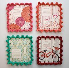 Cuadros con reborde de crochet: http://entrebarrancosmanualidades.blogspot.com.es/2012/05/cuadros-con-reborde-de-crochet.html