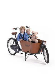 The Babboe City is a robust 2-wheel cargo bike with an attractive design. The striking beech wood container has smooth, curved corners and a high edge for added safety. The tyres are extra thick, making the cargo bike even more comfortable. The colour combination of anthracite grey/cognac together with the cool varnished wooden container gives the Babboe City cargo bike a contemporary and chic look. Kids
