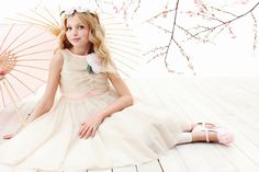 Monnalisa Chic Beige Tulle Dress with Flower Brooch Preteen Fashion, Kids Fashion, Girls Dresses, Flower Girl Dresses, Tulle Dress, Tutu Dresses, Chicano, Silk Chiffon, Spring Summer