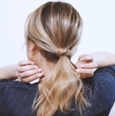 Tutoriel cheveux: vous n'avez pas envie d'applatir vos cheveux, il fait chaud ou bien vous avez les cheveux gras? Adoptez l'une de ces 5 queues de cheval faciles!