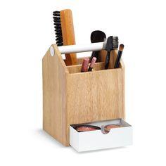 Le porte-objets Toto Tall est un récipient commode avec un tiroir amovible, idéal pour tous les types d'objets. Fait en bois et en métal, il s'inspiré de la facilité d'utilisation et la multifonctionnalité des boîtes à outils classiques : dans les laboratoires et les ateliers, ils y a tous les outils parfaitement à la portée de la main et de la vue. Ce porte-objets est parfait dans un bureau pour la papeterie ou dans la salle de bains ou une chambre pour les cosmétiques. Il a une poignée…