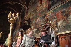 En 1480, por ejemplo, cuando el esposo de su hermana Leonor Woodville, sir Anthony Grey murió, fue enterrado en la catedral de St. Albans con un brazalete de oro que rivalizaba con el que usaba el arzobispo más grande de esa abadía. Eso no era nada comparado a las uniones que la reina arregló para su familia, siendo la más indignante cuando su joven hermano Juan Woodville, de 20 años de edad, se casó con Catalina Neville, duquesa viuda de Norfolk.
