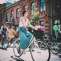 This is your classic Dutch bike, a sweeping curved frame and refined upright posture make it the elegant choice for trips to the market or just riding down the boulevard. AVAILABLE IN TWO FRAME SIZES: