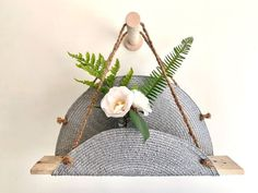 With almost only a placemat, bit of string and a piece of pallet wood you can make this trendy round wall hanging.Supplies needed Plant Shelves, Hanging Shelves, Wood Pallets, Pallet Wood, Inexpensive Rugs, Installing Laminate Flooring, Mother Daughter Projects, Reclaimed Doors, Diy Stool