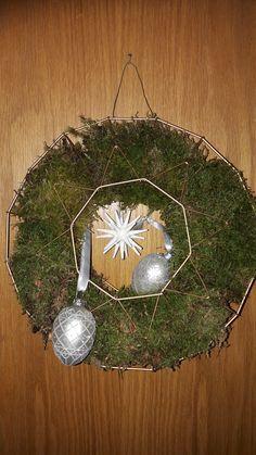 Diy helppo Joulugranssi sammalesta Tree Skirts, Christmas Tree, Holiday Decor, Home Decor, Teal Christmas Tree, Decoration Home, Room Decor, Xmas Trees, Christmas Trees