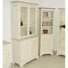 Kredens prowansalski to niesamowity mebel w kolorze białym z wieloma półkami oraz szufladami. Doskonale sprawdzi się w kuchni bądź salonie.