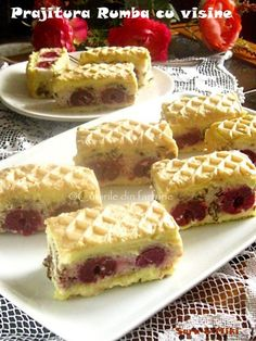 Ingrediente blat de biscuiti: * 200 g de biscuiti Petit Beurre * 100 g unt Romanian Desserts, Romanian Food, No Bake Desserts, Delicious Desserts, Yummy Food, Cake Recipes, Dessert Recipes, Waffle Cake, Mini Cheesecakes
