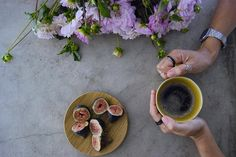 """Happy """"F"""" day...for Figs, Flowers, Fresh coffee and for FRIDAY!!! ☺️ Have a good one beautiful people. #sextafeiradasflores #omeucafédamanha"""